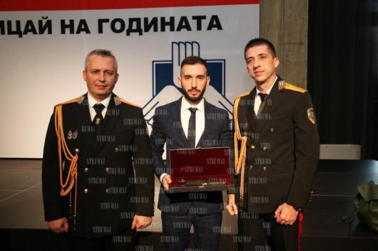 Бившият директор Н. Хаджиев  и сегашният комисар Д. Дойчинов с наградения Иван Гераков