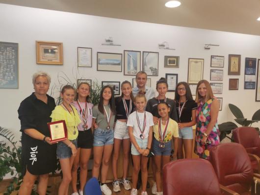 Кметът Стоянов със състезателките от отбора по Артистично плуване, Миглена Бояджиева – треньор и Валентина Атанасова – председател на ПК