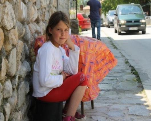 Всяка събота и неделя малката ученичка обслужва градския нужник срещу такса от 50 ст. Снимка: Труд
