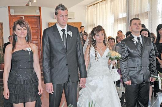 Младото семейство с кумовете - Димитър Димитров и съпругата му Иванка