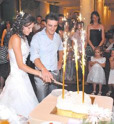 Валерия и Станислав режат първата си торта като семейство