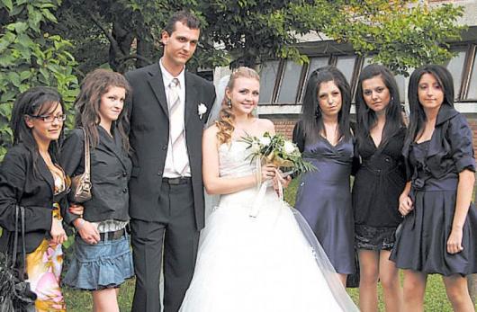 Щастливите младоженци с приятелките на булката от ХII