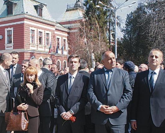"""Б. Борисов докара под строй министрите на площад """"Велбъжд"""" с надежда за победа на изборите"""