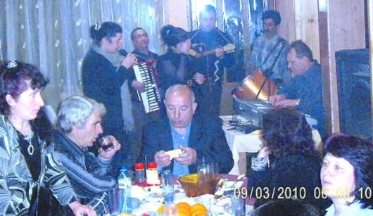 На снимката от веселбата, пратена от читателите, до оркестъра е кметът Огнян Балдев, първата вдясно е просветната шефка Силвия Куйбишева