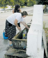 Хората от съседните села всеки ден идват в Кромидово, за да пълнят вода