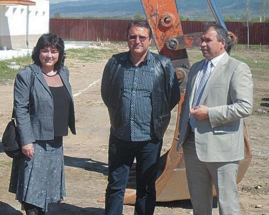 Из. Свиленова, съпруга на Л. Свиленов, и Л. Терзиев /отляво надясно/ направиха първата копка на фабриката