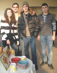 Тийнейджъри от Дупница получиха 13 лева от 33-мата общинските съветници за благотворителната си инициатива