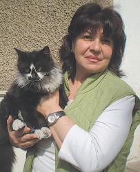 Медицинската сестра Мира Шунтова с радост прегръща домашния си любимец, след като беше свален от 15-метров бор