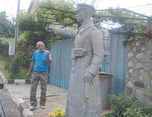 Спас Радев е поставил паметника пред дома си в Самораново