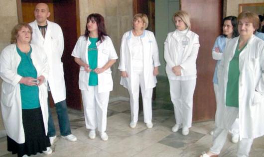 Завеждащата Валентина Илчовска /вляво/ и колективът на отделението през миналата година изродиха 235 деца