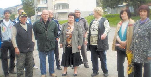 """Десетина жители, живеещи в жк """"Елица"""" в Дупница, протестират за това, че от години нищо не е направено за квартала им от кметската управа"""