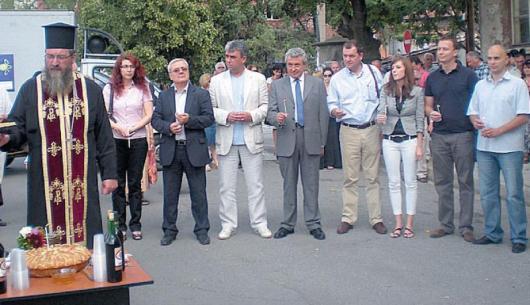 Архиерейският наместник отец Георги Паликарски запали свещи за успешното изграждане на газоразпределителната мрежа в Дупница