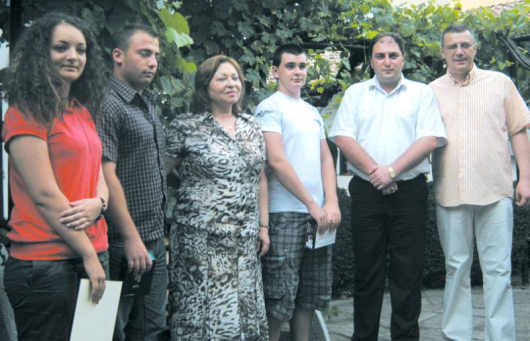Тримата победители се снимаха за спомен с НДСВ шефката Христина Христова и лидерите на партията от региона