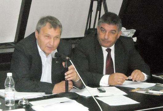 Запазването на диспансерите доведе на заседанието на ОбС в Благоевград областния управител В. Смиленов /отдясно/ и директорите и лекарите от здравните заведения