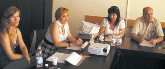 Директори на училища, детски градини и образователни институции в Благоевград разискваха какa да вкарат и задържат в училище децата от ромската махала