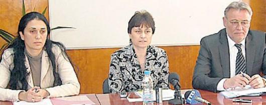 Р. Петкова /вляво/, П. Попадиин и Ст. Поповска дадоха съвместна пресконференция