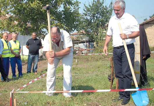 Кметът Вельо Илиев /вдясно/ и кметът на Ново Кономлади Александър Кобуров /вляво от него/ направиха първата копка на строителството