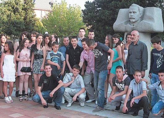 Учениците от осми клас пред паметника на Димитър Беровски