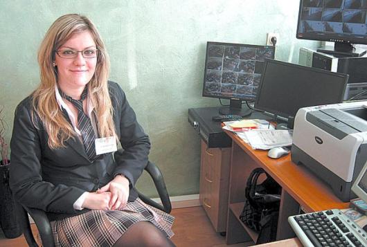 Камелия Димитрова на директорското кресло в Икономиката следи какво се случва във всяка класна стая по време на час