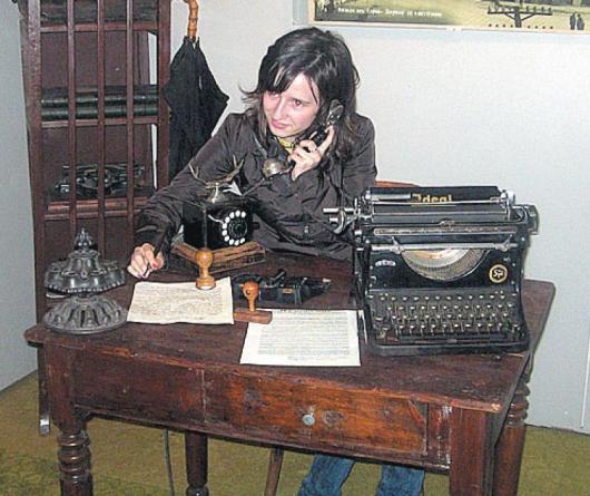 """Автентична журналистка отпреди 100 г. пише на архаична пишеща машина дописката си в """"Нощ на музеите"""""""