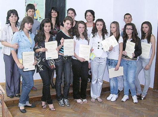 """Учениците с получените сертификати от """"Училище за природата"""""""