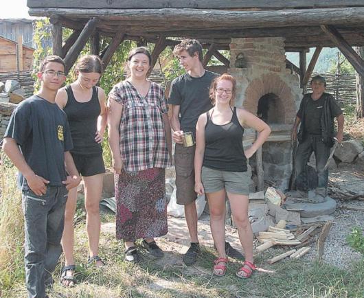 Групата доброволци с председателя на училището Фидана Бачева /в средата/