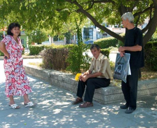 Учителката Николина Кунгалова /вляво/ от Рупите и Живко Симонски от Кърналово /вдясно/ заради спрения автобус в 13.00 часа са принудени да пътуват с такси