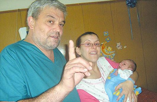 Д-р Огнян Митев и Мария Андреева с бебето