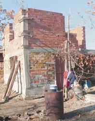 Къщата без покрив и ток, в която живеят Росен и Виктория Миленови