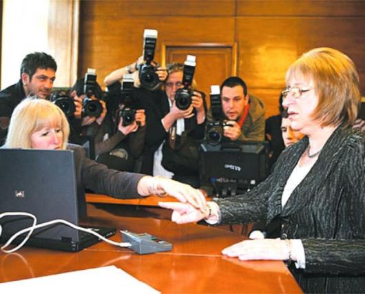 Цецка Цачева демонстрира пред журналисти как ще се гласува в НС от тук насетне