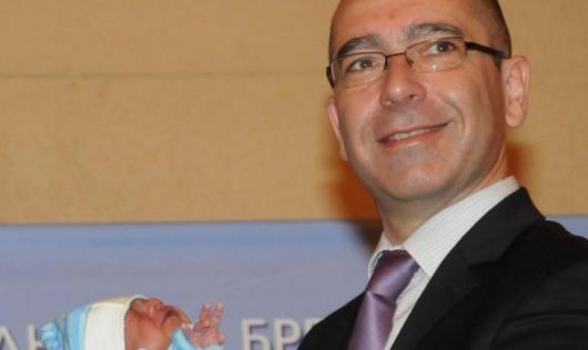 Бившият министър д-р Стефан Константинов ориса Янко, роден в края на 2011 г. Снимка: БулФото