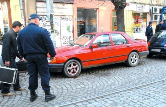 Полицаи правеха вчера оглед на мястото, където до една кола ясно се виждаше локвата кръв, останала след нападението