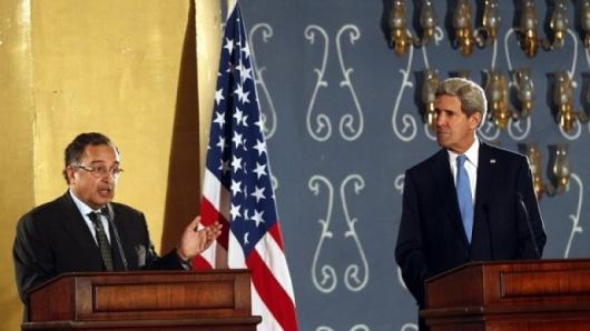 Американският държавен секретар Джон Кери (вдясно) разговаря с египетския си колега Набил Фахми. Снимка: БГНЕС