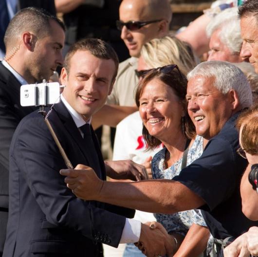 Френският президент Еманюел Макрон се снима с празнуващи изборната победа. Сн.: БТА