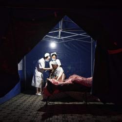 Медици оказват помощ на ранен след земетресението в Китай. Сн.: БТА