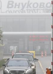Имаш 300 метра видимост... след 5 секунди нищо не виждаш, къде си тръгнал да летиш, казва Жириновски. Сн.: EPA/БГНЕС