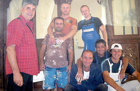 Кметът Иван Стойчев /вляво/ с доброволци, работещи по вътрешното пространство на храма