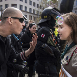 16-годишната Луция Мисликова се изправи срещу демонстранти от крайно дясната Работническа партия. Сн.: БТА