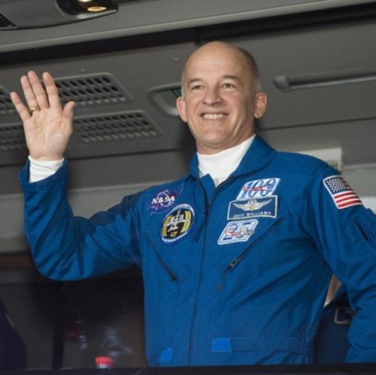 Астронавтът Джефри Уилямс (сега на 58 г.) преди излитането си за МКС приз март т.г.. Сн.: EPA/БГНЕС