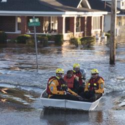 Спасители извеждат хора от наводнените им домове в Ламбъртън, Северна Каролина, в понеделник. Сн.: БТА