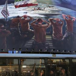 Билборд в Техеран, изобразяващ пленяване на американски моряци от бреговата охрана на Иран. Сн.: БТА