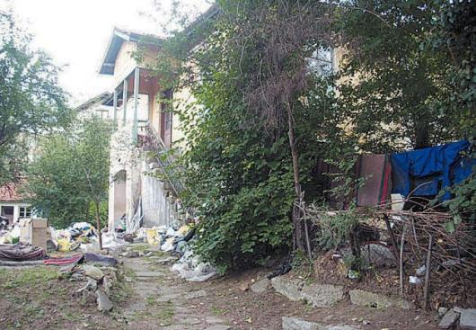 Къщите с двора-сметище в центъра на Кюстендил