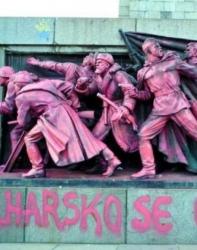"""Под войниците има надпис на чешки: """"България се извинява"""". Сн.: Потребител"""