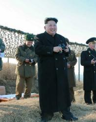 Ким Чен-ун наблюдава изпробването на ракетата. Сн.: EPA/БГНЕС