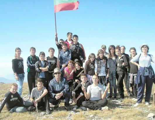 Ученици от с. Абланица заедно с учителите си Асим Имамов и Росица Газиева забиха българския флаг на Царев връх в планината Славянка