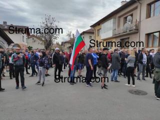 След бой в местно заведение! Гъмжи от полиция и жандармерия в Разлог! Засилено   присъствие пред Съдебната палата,  заради очаквани протести от българи и роми