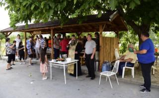 Жители от махала Цветановска на Симитли осветиха новопостроена беседка за делник и празник