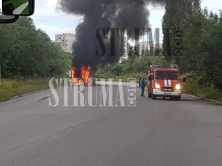 Благоевградчани: Огнен ад! Автобус пламна, пътниците бягат панически, вижте /Видео и Снимки/